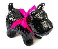 Porzellanstatuette des Hundes auf grauem Hintergrund Lizenzfreie Stockfotografie