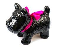 Porzellanstatuette des Hundes auf grauem Hintergrund Stockfoto