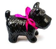 Porzellanstatuette des Hundes auf grauem Hintergrund Lizenzfreie Stockbilder