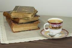 Porzellantasse kaffee und alte Bücher Entspannen Sie sich über Kaffee Stockfotos
