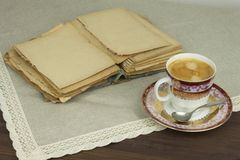 Porzellantasse kaffee und alte Bücher Entspannen Sie sich über Kaffee Lizenzfreies Stockbild