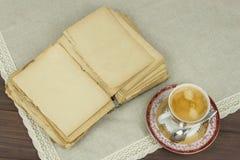 Porzellantasse kaffee und alte Bücher Entspannen Sie sich über Kaffee Stockfoto