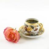 Porzellanteeschale und rosafarbene Blume Stockbild