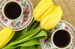 Porzellanteeschalen mit gelben Tulpenblumen Lizenzfreie Stockfotografie