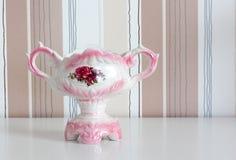 Porzellanvase auf einem gestreiften Hintergrund Lizenzfreies Stockfoto