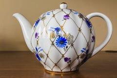 Porzellanzuckerschüssel, Schale, Milch, Teller mit goldenem Muster und blaue Blumen Lizenzfreies Stockfoto