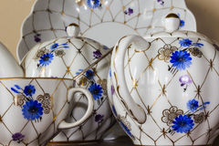 Porzellanzuckerschüssel, Schale, Milch, Teller mit goldenem Muster und blaue Blumen Lizenzfreie Stockfotos