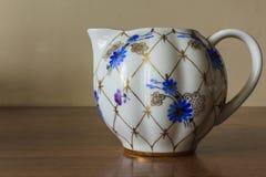 Porzellanzuckerschüssel, Schale, Milch, Teller mit goldenem Muster und blaue Blumen Stockbild