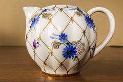 Porzellanzuckerschüssel, Schale, Milch, Teller mit goldenem Muster und blaue Blumen Stockbilder