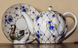 Porzellanzuckerschüssel, Schale, Milch, Teller mit goldenem Muster und blaue Blumen Lizenzfreie Stockfotografie