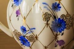 Porzellanzuckerschüssel, Schale, Milch, Teller mit goldenem Muster und blaue Blumen Lizenzfreie Stockbilder
