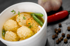 Porzione deliziosa di minestra crema con i cracker Fotografie Stock Libere da Diritti