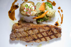 Porzione di bistecca rara media del filetto Immagine Stock
