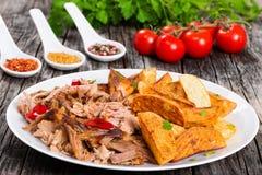 Porzione di carne deliziosa lento-cucinata tirata con la patata fritta fotografia stock libera da diritti