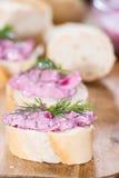 Porzione di insalata di aringa (con la barbabietola) Immagini Stock