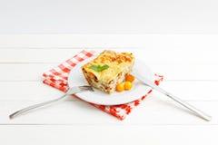 Porzione di lasagne al forno casalinghe sulla tavola di legno bianca fotografie stock libere da diritti
