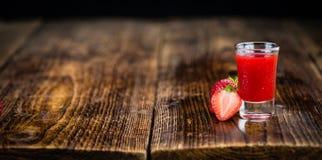 Porzione di liquore della fragola su fondo di legno, FO selettive Immagini Stock