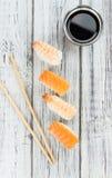 Porzione di sushi su una tavola di legno Fotografie Stock