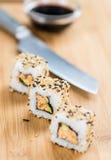 Porzione di sushi su una tavola di legno Fotografie Stock Libere da Diritti