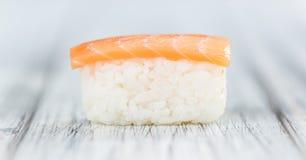 Porzione di sushi su una tavola di legno Fotografia Stock