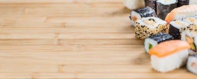 Porzione di sushi su una tavola di legno Fotografia Stock Libera da Diritti
