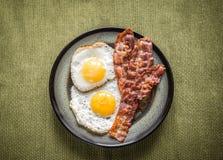 Porzione di uova fritte con bacon immagini stock libere da diritti
