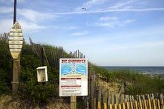 Porzuca równiny Montauk Nowy Jork rozprucia prądu ostrzeżenie i surfingowa rul zdjęcie royalty free