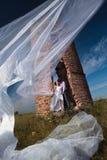 porzucający przeciw ruin strzału ślubowi Zdjęcie Stock