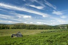 Porzucona chałupa w góra krajobrazie Obraz Stock