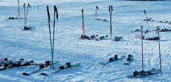 Porzucone narty i słupy przy ośrodkiem narciarskim obraz royalty free