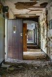 Porzucony korytarz z otwarte drzwi - Zaniechany szpital fotografia royalty free