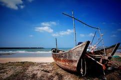Porzucony statek na plaży Zdjęcia Royalty Free