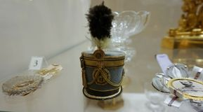 Posążek w postaci wojsko kapeluszu na stole zdjęcie royalty free