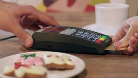 Pos τελική πληρωμή για τη διαταγή στον καφέ Γυναίκα που πληρώνει με το τσιπ την πιστωτική κάρτα απόθεμα βίντεο