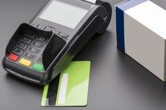 POS终端、信用卡和药片箱子 免版税库存照片