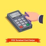 POS终端交易 猛击信用卡的手 免版税图库摄影