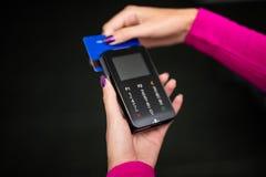 Pos.-betalningterminal som isoleras på vit Arkivfoto