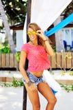 Posa abbronzata sexy abbastanza giovane della donna all'aperto di estate sulla b immagine stock libera da diritti