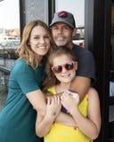 Posa affettuosa con il marito, la moglie e la figlia a Seattle, Washington fotografia stock libera da diritti