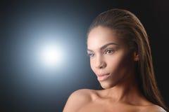 Posa africana appassionata della giovane donna Fotografie Stock