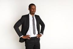 Posa africana bella dell'uomo di affari isolata Fotografie Stock Libere da Diritti