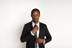 Posa africana bella dell'uomo di affari isolata Fotografie Stock