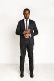 Posa africana bella dell'uomo di affari isolata Fotografia Stock