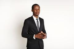 Posa africana bella dell'uomo di affari isolata Immagini Stock