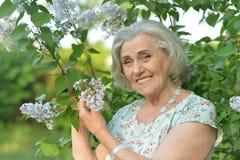 Posa anziana sorridente della donna Fotografia Stock Libera da Diritti
