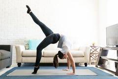 Posa ascendente di asana di yoga dell'arco Fotografia Stock Libera da Diritti