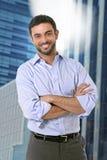 Posa attraente dell'uomo di affari felice in ritratto corporativo all'aperto sul distretto finanziario Immagini Stock Libere da Diritti
