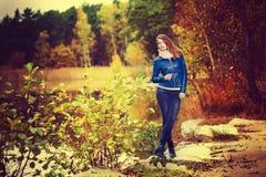 Posa attraente della ragazza di modo in natura di autunno Immagini Stock