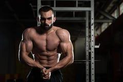 Posa bella di Making Most Muscular del costruttore di corpo immagini stock libere da diritti