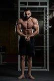 Posa bella di Making Most Muscular del costruttore di corpo fotografie stock libere da diritti